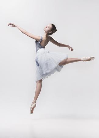 Jonge klassieke danser die op witte achtergrond wordt geïsoleerd. Stockfoto