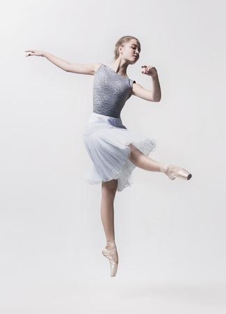 若いクラシックダンサーは、白い背景に孤立しました。