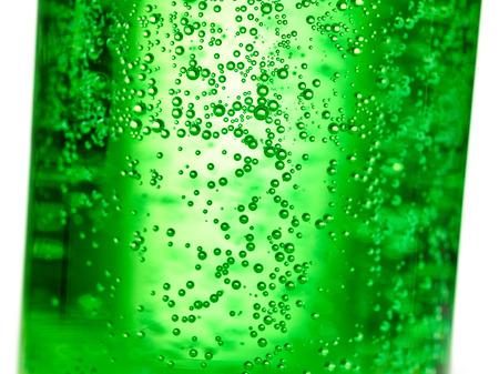 Abstrakter Hintergrund: Blase des Sprudelwassersodas auf der grünen Glasflasche mit Steigungslicht Standard-Bild - 93633437