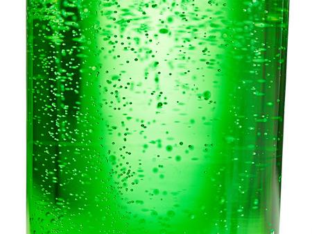 Abstrakter Hintergrund: Blase des Sprudelwassersodas auf der grünen Glasflasche mit Steigungslicht Standard-Bild - 93633439
