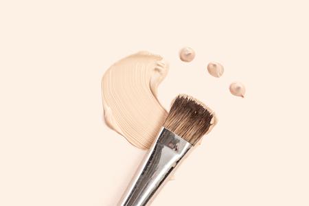 Kosmetische Foundation Creme und Pulver mit Pinsel Standard-Bild - 93753710