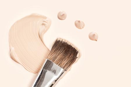 Creme de base cosmético e pó com pincel Foto de archivo - 93753711