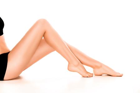 Piękne gładkie i ogolone nogi kobiety.