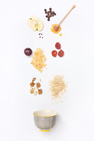 落ちるブルーベリーと蜂蜜の落下グラノーラは、ディッパーから流れます。 写真素材