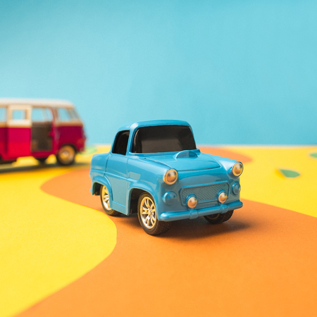 トレンディな色、旅行の概念でヴィンテージミニチュアカーとバス 写真素材