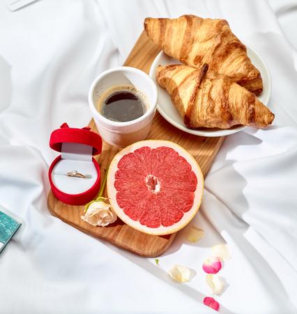 Het liefdesbriefconcept op lijst met ontbijt Stockfoto