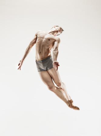 Il ballerino di balletto atletico maschio che esegue ballo isolato su fondo bianco. Archivio Fotografico - 95260977