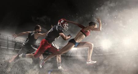 Multi Sportcollage über Basketball, Spieler des amerikanischen Fußballs und geeignete laufende Frau