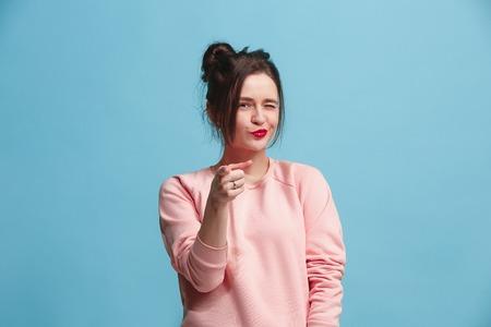 De gelukkige zakenvrouw wijst je en wil je, halve lengte close-up portret op blauwe achtergrond. Stockfoto