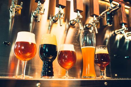 Rubinetti della birra in un pub Archivio Fotografico