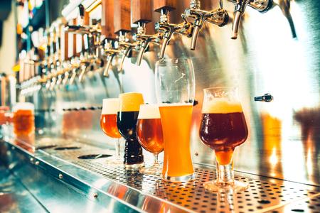 Grifos de cerveza en un pub Foto de archivo - 96159616