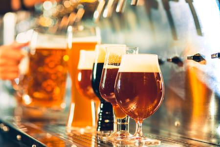 Grifos de cerveza en un pub Foto de archivo - 96159991