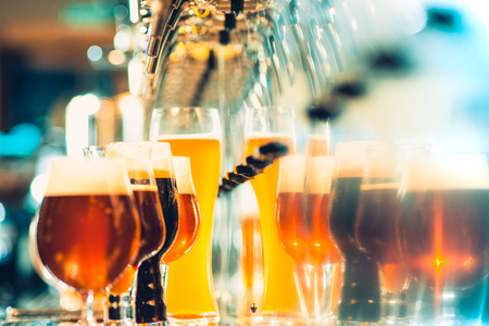 grifos de cerveza en un pub