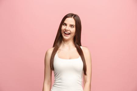 ピンクに隔離された奇妙な表情を持つ目の細い女性 写真素材