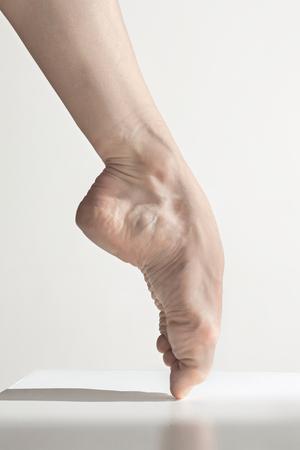 Close-up ballerinas legs on the white floor Foto de archivo