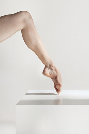 Close-up ballerinas legs on the white floor Banque d'images