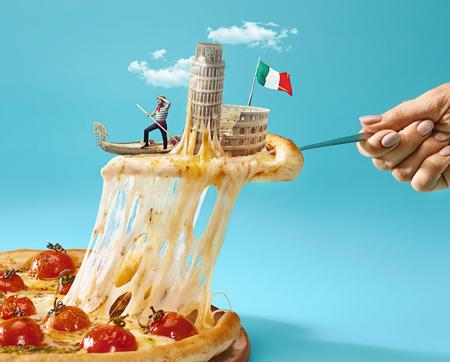 De collage over Italië met vrouwelijke hand, gondelier, pizza en en belangrijke bezienswaardigheden