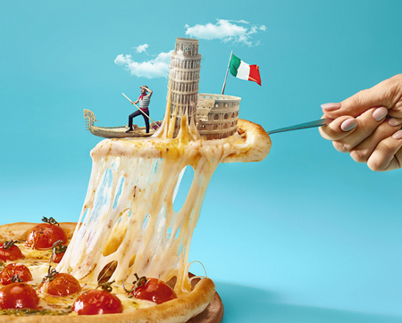 The collage about Italy with female hand, gondolier, pizza and and major sights Standard-Bild