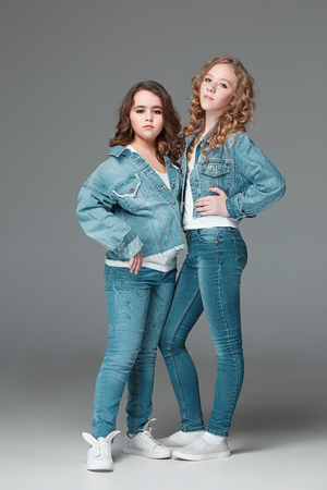 Full length of young slim female girl in denim jeans on gray background 免版税图像 - 97316396