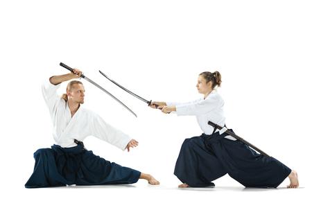 Homme et femme combats et de la formation aïkido sur fond blanc studio Banque d'images - 98349183