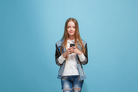 Beautiful teen girl looking suprised isolated on blue Foto de archivo