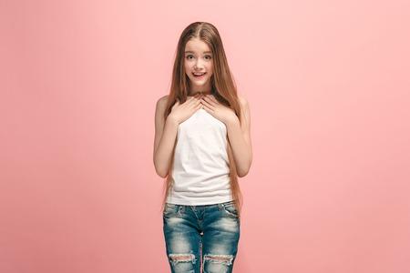 ピンクに孤立して驚いた美しい十代の女の子 写真素材