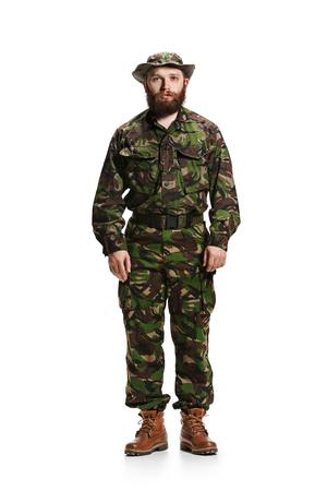 Soldado del ejército joven con uniforme de camuflaje aislado en blanco