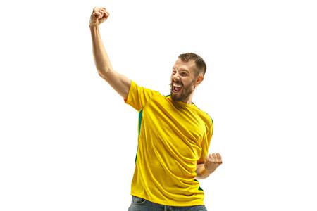Fan brésilien célébrant sur fond blanc