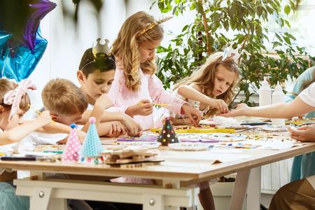 art de puzzle de mosaïque pour les enfants, jeu créatif pour enfants. Banque d'images