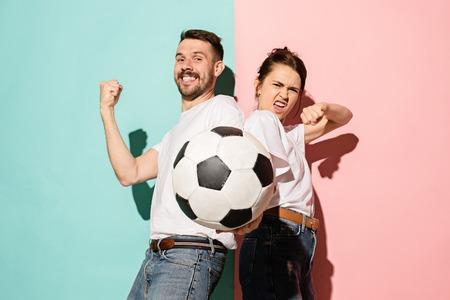 Los jóvenes fanáticos celebrando en colores de moda azul y rosa. Foto de archivo