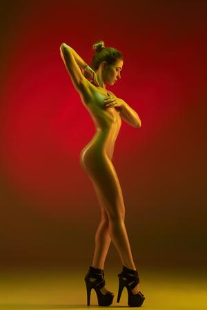 Modekunstfoto des eleganten Modells in den hellen Scheinwerfern Standard-Bild