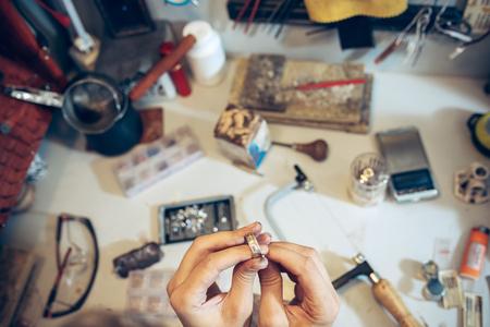 Diferentes herramientas de orfebrería en el lugar de trabajo de la joyería. Joyero trabajando en joyería. Foto de archivo