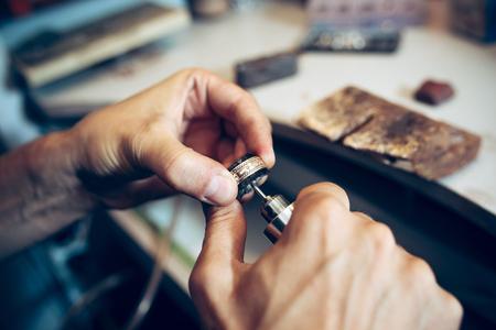 Diversi strumenti orafi sul posto di lavoro di gioielleria. Gioielliere al lavoro in gioielleria. Archivio Fotografico