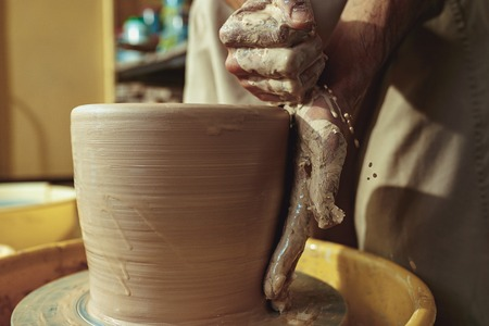 Creating a jar or vase of white clay close-up. Master crock. 版權商用圖片 - 104938355