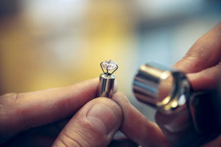 Différents outils d'orfèvrerie sur le lieu de travail de la bijouterie. Bijoutier au travail dans la bijouterie.