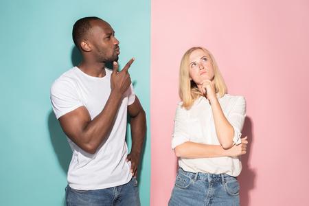 Mujer y hombre de negocios pensativos serios jovenes. Concepto de duda.