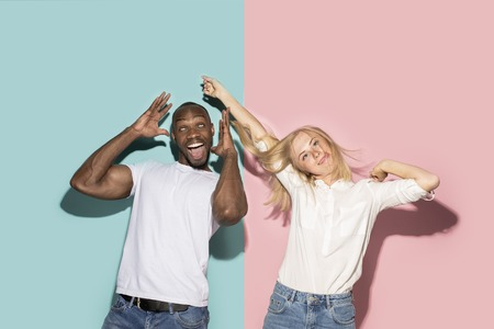 The squint eyed couple with weird expression on blue and pink studio Banque d'images - 105653651