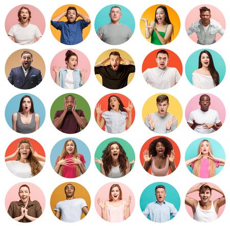 Die Collage von Gesichtern überraschter Menschen auf farbigem Hintergrund. Glückliche Männer und Frauen lächeln. Menschliche Emotionen, Gesichtsausdruckkonzept. Collage verschiedener menschlicher Gesichtsausdrücke, Emotionen, Gefühle Standard-Bild