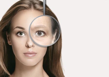 Koncepcja piękna, starzenia się, ludzi, pielęgnacji skóry i zdrowia - piękna twarz młodej kobiety ze zmarszczkami na białym tle