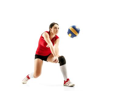 Jugador de voleibol profesional femenino aislado en blanco con bola.