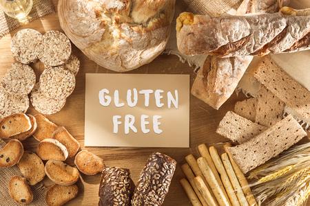 Nourriture sans gluten. Diverses pâtes, pain et collations sur fond de bois en vue de dessus. Concept sain et diététique.
