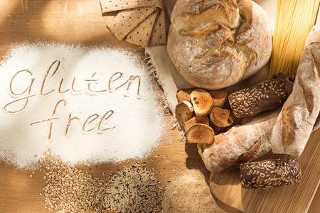 Cibo senza glutine. Vari pasta, pane e snack su sfondo di legno dalla vista dall'alto. Concetto sano e dietetico.