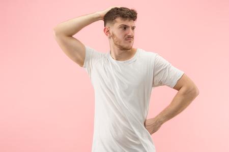 それはどうしてですか。トレンディなピンクのスタジオに隔離された美しい男性の半分の長さの肖像画 写真素材