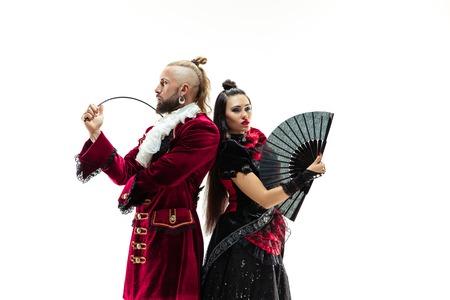 Der junge Mann in einem traditionellen mittelalterlichen Kostüm des Marquis posiert im Studio mit einer Frau als Marquis Fantasie, Antiquität, Renaissance-Konzept
