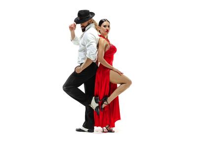 Retrato de bailarines de tango de elegancia joven aislado sobre blanco