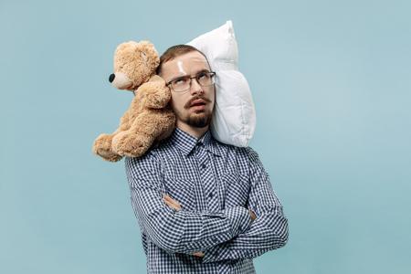 Hombre cansado durmiendo en casa u oficina con demasiado trabajo.