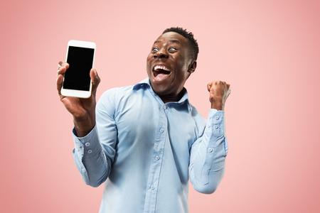 Innenporträt des attraktiven jungen schwarzen afrikanischen Mannes lokalisiert auf Rosa Standard-Bild