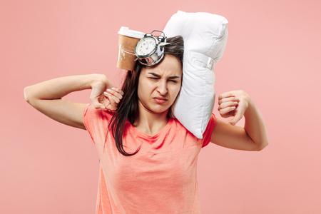 Mujer feliz cansada tomando café en casa u oficina con demasiado trabajo. Empresaria aburrida con almohadas y tazas de café. El ocupado, aburrido, preocupado, llegar tarde, preocupado, día de sueño, concepto introuble