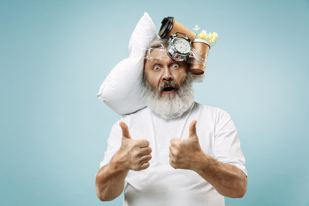 Surprised senior man screaming after sleeping at home or office having too much work. Bored businessman with pillow and hourglass. The busy, boring, worried, be late, concerned, sleep day, introuble concept Banque d'images - 116257225
