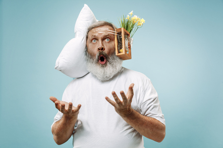 Surprised senior man screaming after sleeping at home or office having too much work. Bored businessman with pillow and hourglass. The busy, boring, worried, be late, concerned, sleep day, introuble concept Banque d'images - 116257233